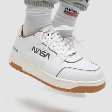 Tu estilo se elevará hasta las estrellas con éstas zapatillas blancas de la colección de la NASA de Pull&Bear