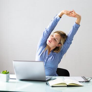 Cinco ejercicios que puedes hacer en casa para mejorar tu postura corporal en el día a día