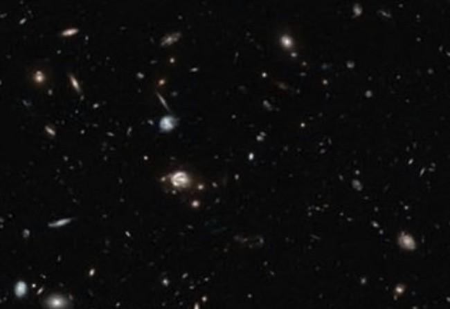 Un trozo de cielo con objetos que pertenecen a distintas etapas de la historia del universo