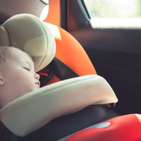 Increíble: de nuevo un bebé encerrado solo en el coche... ¡y no por un olvido!