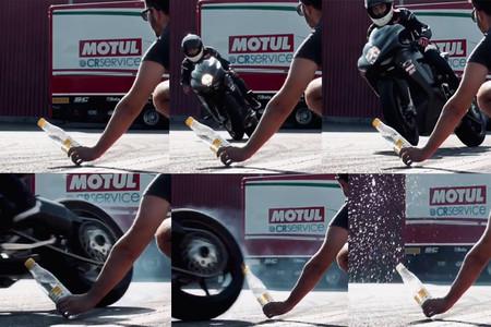 El 'Bottle Cap Challenge' en moto se vuelve un reto viral aún más difícil