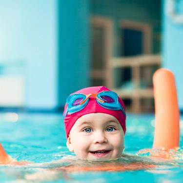 La AAP recomienda que la mayoría de los niños aprendan a nadar a partir de su primer año, para prevenir ahogamientos