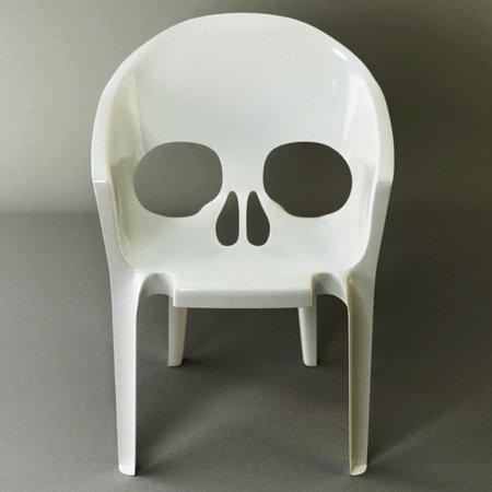 Una silla de plástico terrorífica