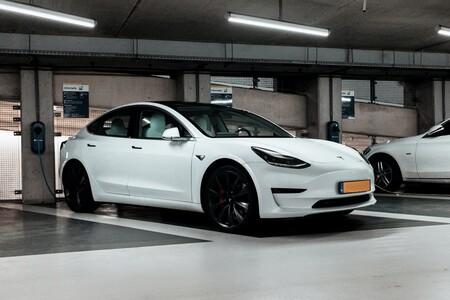 Tesla Model 3 Cargando