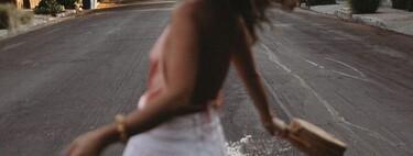 Los tops de satén invaden la calle para sacar lo mejor de nuestro estilo este verano