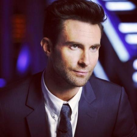 Adam Levine Maroon 5 hombres con estilo traje smoking