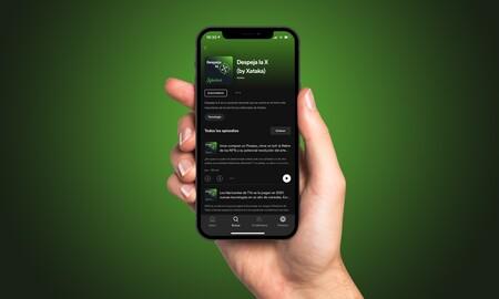 Mano sosteniendo un iPhone en el que se ve la aplicación de Spotify en la página del podcast Despeja la X.
