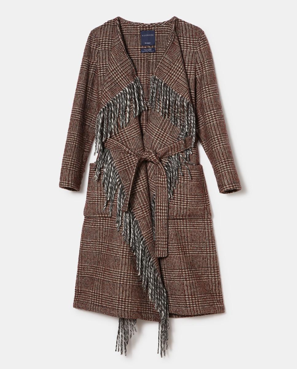 A medio camino entre la chaqueta envolvente y el poncho, este abrigo de cuadros es la prenda perfecta para dar a tus estilismos ese estilo campestre que tantas veces buscas. De paño y con cinturón, la máxima calidad es la seña de identidad de LLOYD'S, la marca que firma este diseño.
