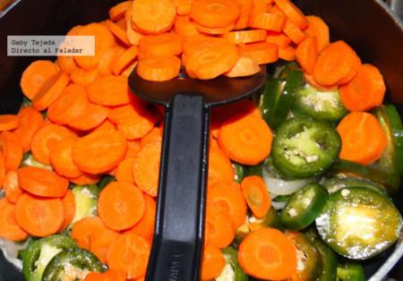 Escabeche  Chiles y zanahorias en salmuera con aceite de