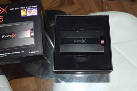Detalle de la parte superior de la Sound BlasterX G5 en su caja