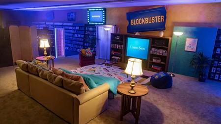 Si sientes nostalgia de los videoclubs, ahora puedes dormir en uno de la cadena Blockbuster