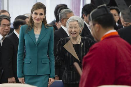 Doña Letizia tiene en su vestidor dos trajes iguales, y uno lo ha lucido para despedirse de Japón