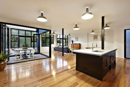 Isla de cocina con suelo de madera