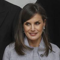 La Reina Letizia repite estilismo para asistir al Premio Cervantes y pone la nota de moda con sus complementos