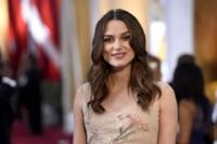 Keira Knightley sigue fiel a su estilo en Los Oscar 2015, esta vez con Valentino