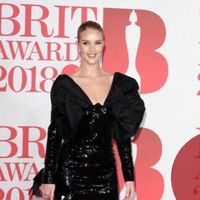 Rosie Huntington-Whiteley demuestra que un minivestido con lentejuelas y volumen también se puede arrasar en los BRIT 2018