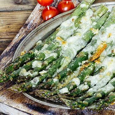 Espárragos al horno gratinados con mozzarella: receta vegetariana fácil para una comida socorrida