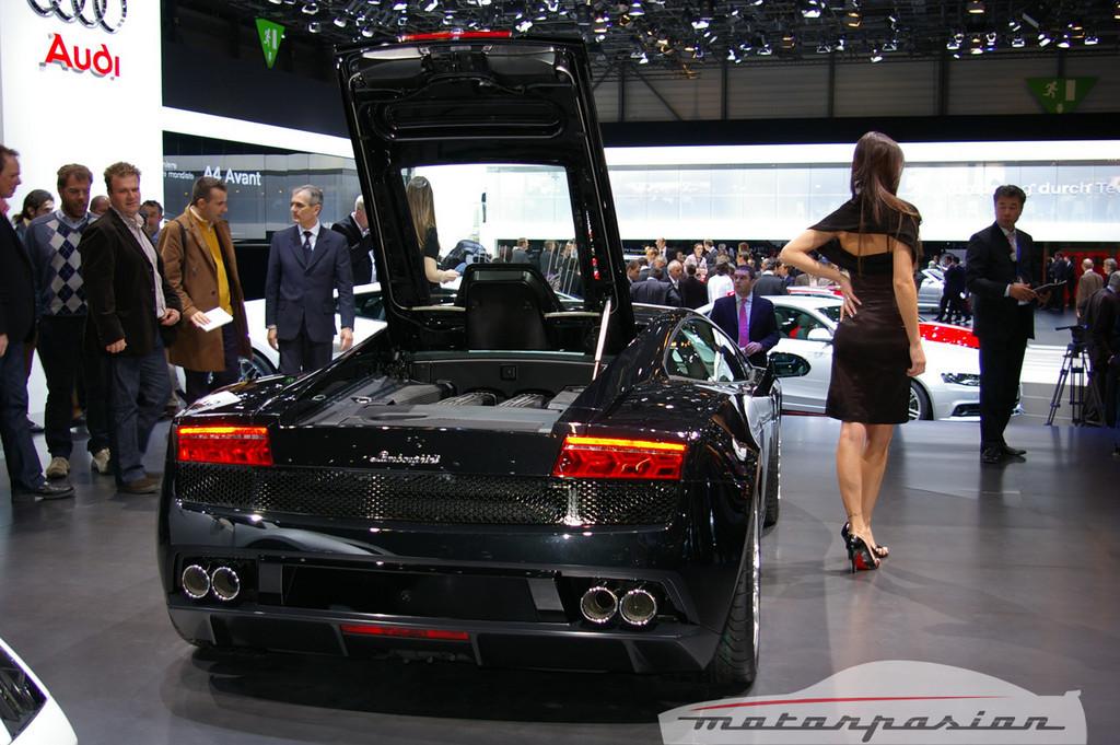 Foto de Lamborghini Gallardo LP560-4 en el salón de Ginebra, y muy bien acompañado (1/26)