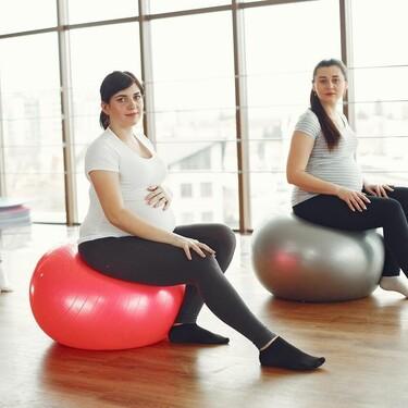 El uso del fitball o pelota de Pilates durante el embarazo: qué beneficios aporta y cómo utilizarlo