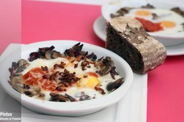 Receta de huevos al horno con champiñones y torreznos de pato