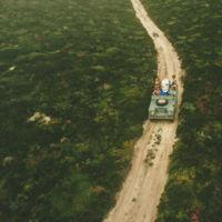 19 fotos que te darán ganas de hacerte con un Land Rover Defender para irte de surf