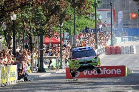 Mikko Hirvonen manda en la Súperespecial y Dani Sordo en la pista del Rally de Portugal