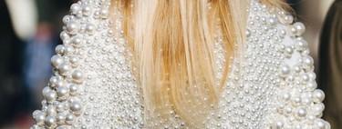 Clonados y pillados: Loewe tiene una fantasía de jersey repleto de perlas... Y H&M también