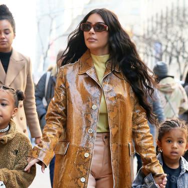 Reflectante o de serpiente: Kim Kardashian tiene los abrigos más arriesgados del invierno y los combina así de bien