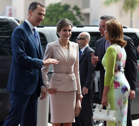 La Reina Letizia, con un look a lo Jackie Kennedy, elige el rosa en Puerto Rico