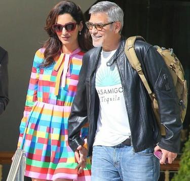 Después de la lluvia sale siempre el sol y Amal Clooney nos lo demuestra con un traje con todos los colores del arcoiris