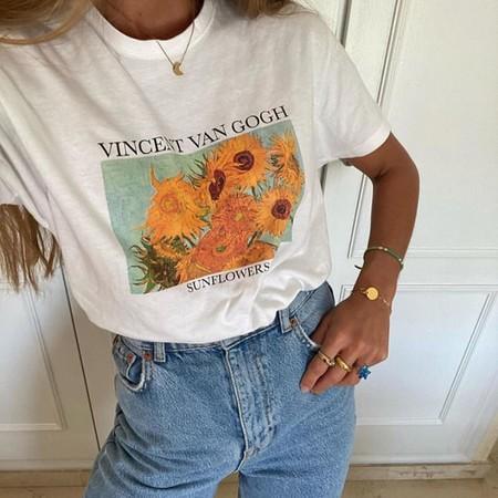 Pantalones campana con camisetas vintage y zapatillas de estar en casa: un outfit ideal para recrear sin gastar nada de dinero