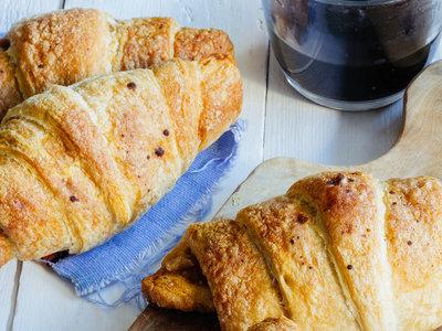 Croissants rellenos de manzana con nuez y canela. Receta fácil de desayuno