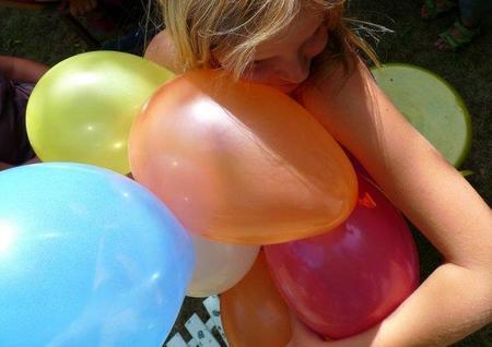 Los niños no podrán inflar globos ni soplar matasuegras sin supervisión de un adulto