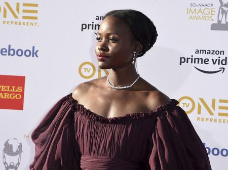 Lupita Nyong'o nos deja sin palabra con este vestido de Giambattista Valli de color marrón en los Premios NAACP