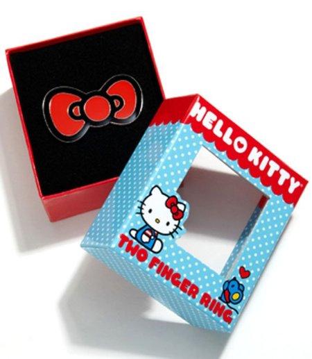 El lazo rojo de Hello Kitty en tus dedos