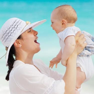 ¿Puedo ponerle crema solar al bebé si tiene menos de seis meses?
