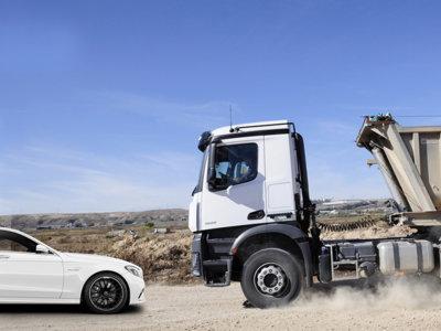 Camiones y autobuses versus coches: una guerra constante con posible solución