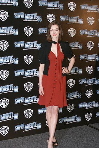 Anne Hathaway sigue siendo una superagente de rojo