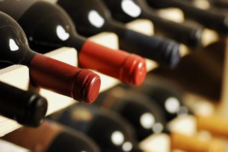 Cómo guardar el vino en casa ahora que el calor se acerca: todas las claves para no echarlo a perder