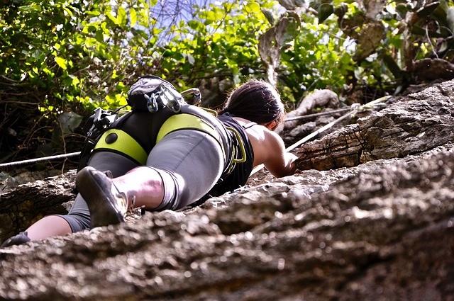 Mujer escalando.