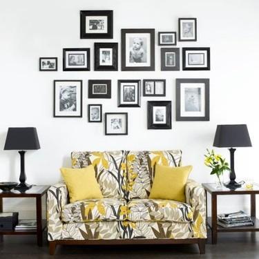 Una buena idea: enmarca todos los cuadros de una pared clara en negro