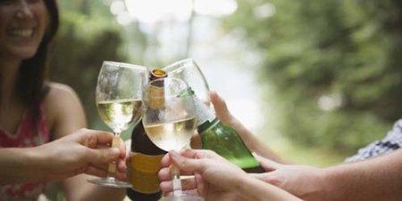 Los hombres beben menos y las mujeres beben más... en el matrimonio