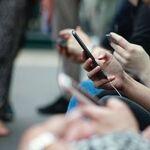 Se demuestra que si alguien coge su smartphone en una situación social nosotros también tenderemos a hacerlo
