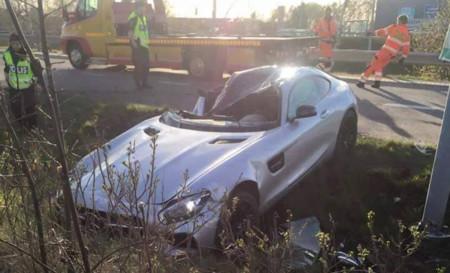 Dolorpasión™: un Mercedes-AMG GT S y una farola en el camino