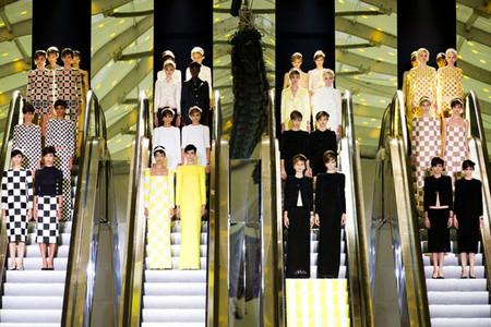 desfiles espectaculares de la historia moda louis vuitton 2013 escaleras mecanicas