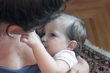 El 'aguachirri' que producen las mujeres en sus pechos a partir de los 6-12 meses aporta más energía que la leche de vaca