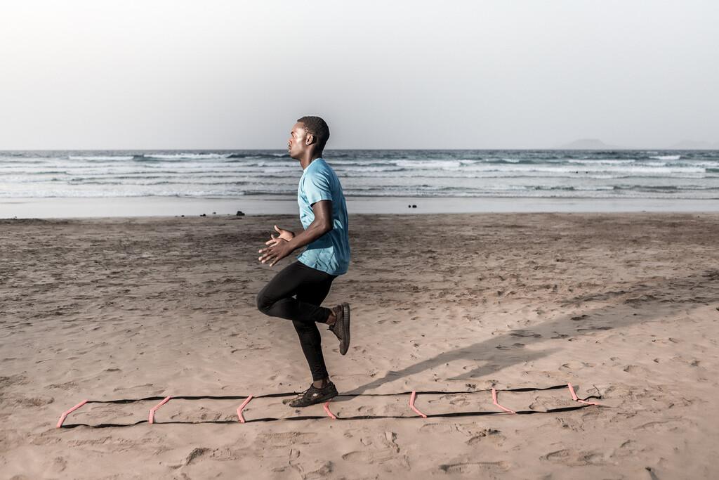 Entrena también en la playa: una rutina de HIIT que puedes hacer en la arena