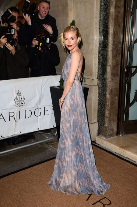 ¿Es una princesa?, ¿es Cenicienta?, no, es Sienna Miller brillando en los premios Harper's Bazaar