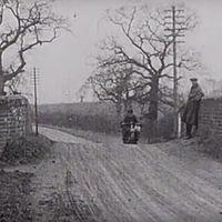 A saltos, en pistas de tierra y sin casco: así se probaban las motos de hace cien años