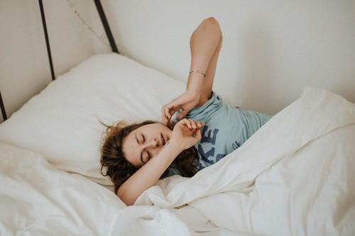 Dormir mejor en verano: cómo afrontar los cambios en el sueño durante las vacaciones para descansar mejor